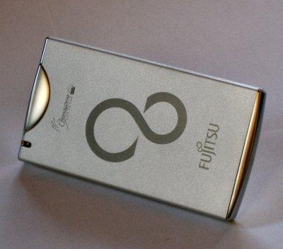 Fujitsu bringt auf sehr kleiner Grundfläche 100 GByte Speicherkapazität unter. Das Gehäuse sieht obendrein sehr edel aus.