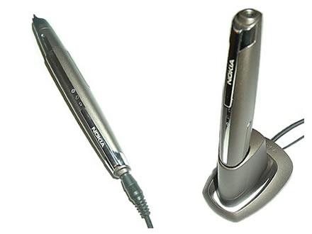 Nokias Digital Pen ist der kompakteste der derzeit erhältlichen Stifte, die mit der Technologie von Anoto ausgerüstet sind. Er ist per Bluetooth mit der Dockingstation und per USB mit dem Desktop verbunden. Der Stift kann mit jedem Nokia-Ladegerät aufgeladen werden, die Akkus werden zudem auch in der Dockingstation automatisch gefüllt.