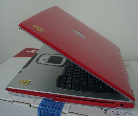 Das Rot der Abdeckung ist eine aufwändige Speziallackierung.