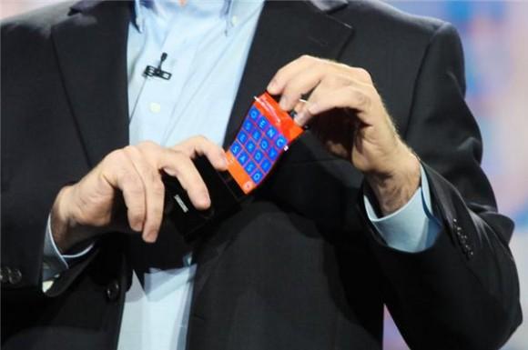 Microsofts Chief Technical Strategy Officer Eric Rudder demonstrierte anhand eines Prototyps, wie ein Windows Phone mit Youm-Display aussehen könnte (Bild: James Martin/CNET).
