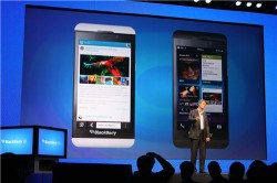 Blackberry-CEO Thorsten Heins vor Z10 (Bild: News.com)
