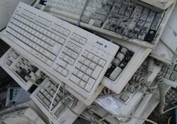 Tastaturen in einem chinesischen Elektroschrott-Lager: Darf moderne Technik gar nicht so lange halten, wie sie könnte?  (Bild: Greenpeace)