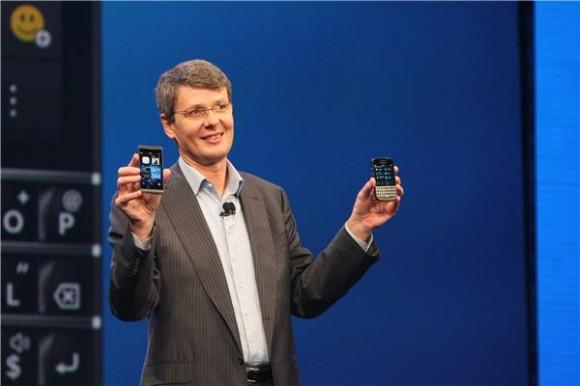 Blackberry-CEO Thorsten Heins zeigt Z10 und Q10 (Bild: News.com).