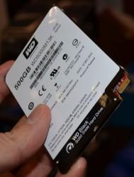 Das schlankere 500-GByte-Modell der WD Black SSHD nutzt einen neuartigen Anschluss (Bild: Dong Ngo/CNET).