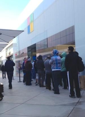 Das Surface Pro war sofort ausverkauft trotz relativ kurzer Käuferschlange vor einem Microsoft Store (Bild: Brooke Crothers / CNET.com)