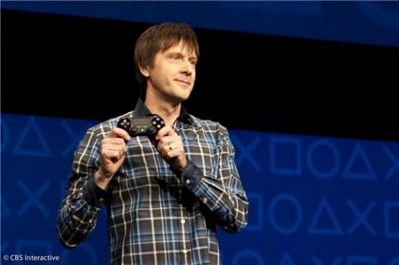 Als einzige Hardware präsentierte PS4-Chefentwickler Mark Cerny in New York den DualShock-4-Controller (Bild: Sarah Tew/CNET).