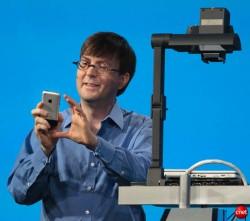 Adobe-CTO Kevin Lynch bei einer Veranstaltung 2008 mit Apple iPhone (Bild: News.com)
