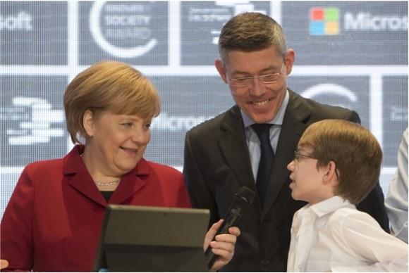 Bundeskanzlerin Angela Merkel überreichte Sonderpreisträger Felix Guttbier ein Surface Pro (Bild: Microsoft).