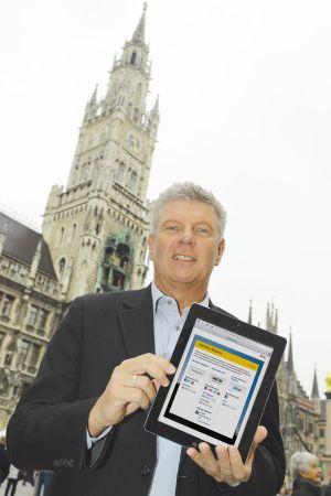 SWM-Wirtschaftsreferent Dieter Reiter hat das M-WLAN auf dem Münchner Marienplatz als erster getestet (Bild: SWM).