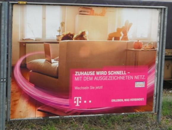 """Einerseits wirbt die Deutsche Telekom auf Plakaten für """"schnelles Internet"""", andererseits will sie die intensive Nutzung ihres Angebots unterbinden (Bild: ITespresso)."""