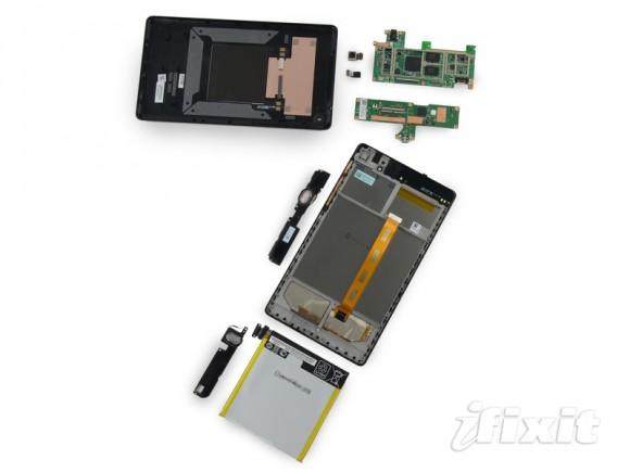 """iFixit hat das neue Nexus 7 zerlegt und ihm eine gute Reparierbarkeit bescheinigt (Bild <a href=""""http://www.ifixit.com/Teardown/Nexus+7+2nd+Generation+Teardown/16072/1"""" target=""""_blank"""">via iFixit</a>)."""