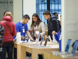 Kunden in einem Apple Store in Paris (Bild: Stephen Shankland/CNET)