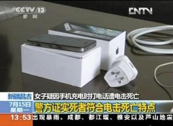 iPhone mit Lade-Netzteil, das offenbar kein Apple-Original für China ist (Screenshot: CCTV)