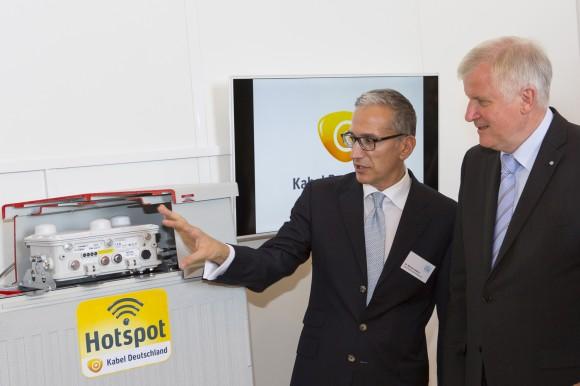 Bayerns Ministerpräsidents Horst Seehofer lässt sich von Kabel-Deutschland-COO Manuel Cubero die eingesetzte WLAN-Technik erklären (Bild: Kabel Deutschland).