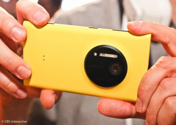 Das Lumia 1020 kommt mit einer 41-Megapixel-Kamera (Bild: CNET).