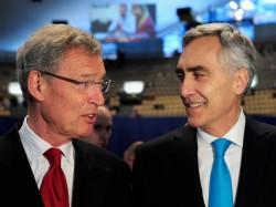Aufsichtsratschef Gerhard Cromme (links) und Vorstandsvorsitzender Peter Löscher auf der Siemens-Hauptversammlung 2013 in München (Bild: Siemens).
