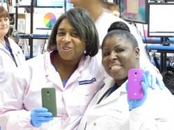 Flextronics-Mitarbeiterinnen mit Moto X (Bild: News.com)