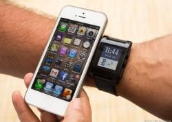 Pebble und iPhone im Größenvergleich (Bild: News.com)