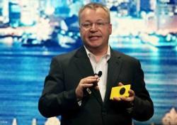 Stephen Elop mit Nokia Lumia 1020 (Bild: News.com)