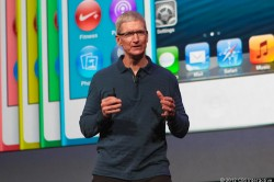 Tim Cook vor bunten iPods  (Bild: News.com)