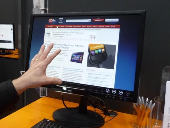 Auf der CeBIT 2013 hat Tobii bereits Prototypen von Monitoren mit seiner wesentlich verkleinerten Einrichtung zur Blicksteuerung gezeigt. Die erforderliche Hardware kommt inzwischen in einer kleinen Box am unteren Rand des Monitors unter (Bild: Peter Marwan/ZDNet.de).