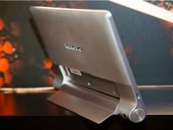Dank des ausklappbaren Standfußes lassen sich die Yoga-Tablets auch aufstellen (Bild: James Martin/CNET).