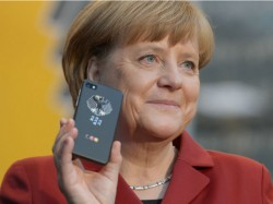 Bundeskanzlerin Merkel zeigt auf der CeBIT 2013 ihr neues Smartphone von Blackberry und Secusmart (Bild: Deutsche Messe AG).