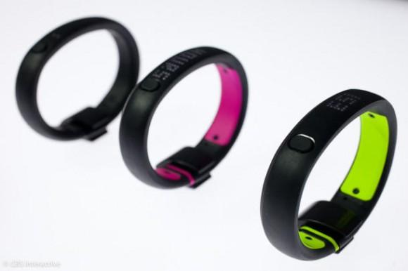 Nike bietet das Fuelband SE nicht nur in schwarz, sondern auch mit farblichen Akzenten an (Bild: Sarah Tew / CNET).