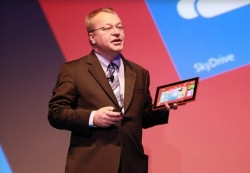 Ex-Nokia-CEO Stephen Elop mit RT-Tablet Lumia 2520 (Bild: News.com)