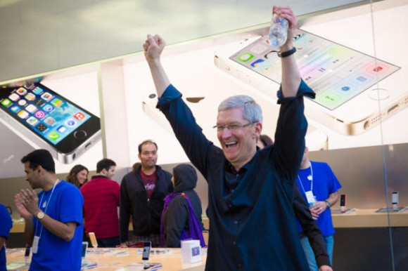 CEO Tim Cook im Apple Store in Palo Alto (Bild: James Martin / CNET)