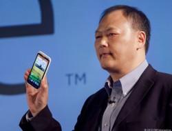 CEO Peter Chou zeigt das HTC One (Bild: News.com).