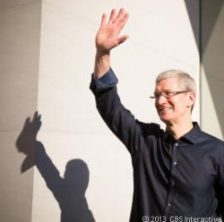 Tim Cook in Apple Store (Bild: News.com)