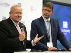 Auf dem Cyber Security Summit in Bonn gaben RSA-Chef Art Coviello und T-Systems-Vorstand Reinhard Clemens die Cybersecurity-Partnerschaft beider Unternehmen bekannt (Bild: Telekom).