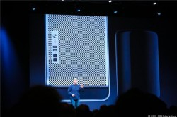 Apple-Vize Phil Schiller mit in Texas gefertigtem Mac Pro (Bild: News.com)