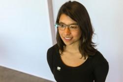 Google-Mitarbeiterin Katie Matsushima mit Titanrahmen Split (Bild: News.com)