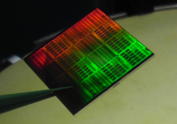 Siliziumplatte mit Dutzenden nachträglich hinzugefügten Graphen-basierten Empfängerchips (Bild: IBM).