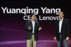 Lenovo-CEO Yuanqing Yang (links) mit Qualcomm-CEO Paul Jacobs auf der CES 2010 (Bild: James Martin/CNET)