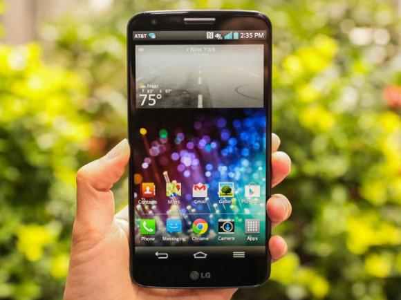 Das LG G3 bietet ein 5,5-Zoll-Display mit 2K-Auflösung. Damit erzielt es eine Pixeldichte von 538 ppi und übertrifft den Vorgänger (im Bild) mit 423 ppi deutlich (Bild: CNET).