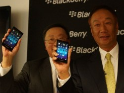 Blackberry-CEO John Chen (links) und Foxconn-Gründer Terry Gou zeigten das Z3 auf dem MWC in Barcelona (Bild: Brian Bennett/CNET).