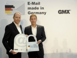 "United-Internet-Chef Ralph Dommermuth (links) und Telekom-Boss René Obermann bei der Vorstellung der Initiative ""E-Mail made in Germany"" im August 2013 (Bild: Deutsche Telekom)."