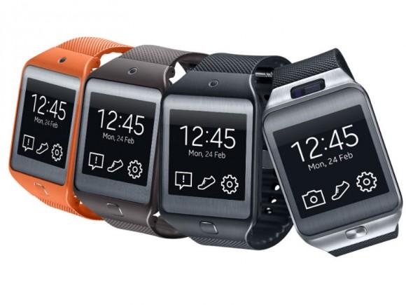 Die Gear 2 (ganz rechts) kommt im Gegensatz zur Gear Neo mit einer im Uhrgehäuse integrierten 2-Megapixel-Kamera (Bild: Samsung).