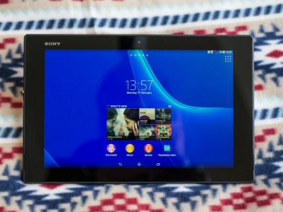 Das Xperia Tablet Z2 kommt gegenüber dem Vorgänger mit stärkerer CPU, mehr Arbeitsspeicher und dünnerem Gehäuse (Bild: Andrew Hoyle/CNET).