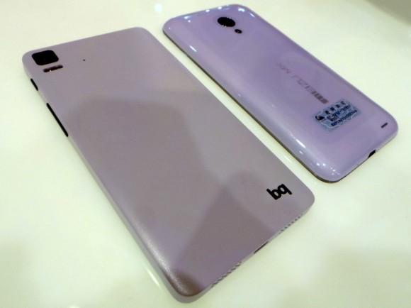 Mit dem BQ Aquaris (links) und dem Meizu MX3 hat Canonical auf dem MWC erste Smartphone-Prototypen mit Ubuntu vorgestellt (Bild: Rich Trenholm/CNET).