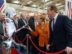 Bundeskanzlerin Angela Merkel und Großbritanniens Premierminister David Cameron (rechts) auf ihrem CeBIT-Rundgang (Bild: Deutsche Messe AG)