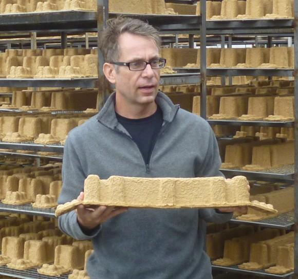 Dell-Manager Oliver Campbell präsentiert Verpackungsmaterial aus Weizenstrohfasern.