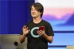 Joe Belfiore von Microsoft im Cortana-T-Shirt (Bild: News.com)