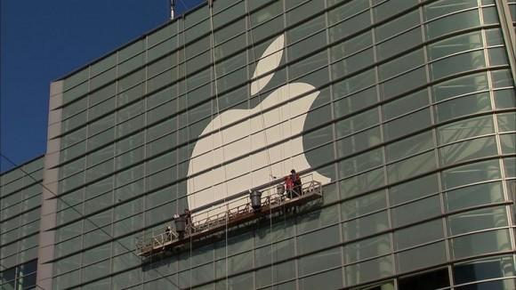 Montage des Apple-Logos am Moscone Center in San Francisco (Bild: James Martin / CNET)