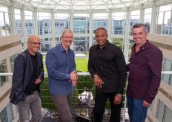 Die Beats-Gründer Jimmy Iovine (links) und Dr. Dre (zweiter von rechts) sollen führende Positionen bei Apple übernehmen (Bild: Apple).