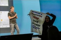 Eine Protestierende unterbricht Dave Burke (Bild: News.com).