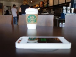 Starbucks-Kunden sollen ihr Smartphone künftig in jeder Filiale der Kaffeehauskette drahtlos laden können (Bild: Duracell Powermat).